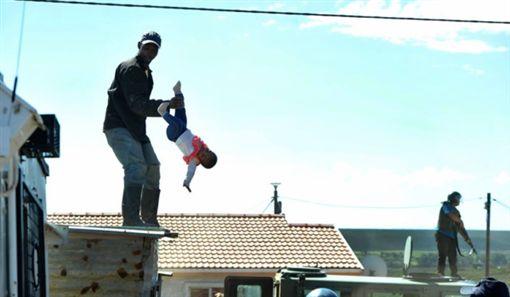 南非伊麗莎白港爸爸丟1歲大女嬰/Alert news YouTube