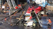 黑鷹直升機殘骸返高 飛安會檢查(2)空勤總隊黑鷹直升機2月5日執行任務在蘭嶼海域失事墜海,寶拉麗絲號打撈部分機體殘骸交由平台船,13日下午運抵高雄高科大旗津校區碼頭。為免殘骸受殘留海水侵蝕,先以水柱清洗後,飛安會專業人員就地進行檢查。中央社記者董俊志攝 107年4月13日