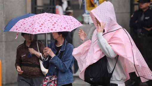 鋒面對流旺 台北大雨(1)鋒面通過帶來旺盛對流雲系,台灣20日天氣不穩定,易有短時強降雨,中央氣象局上午發布雲林以北及南投地區大雨特報,台北市下起傾盆大雨。中央社記者吳翊寧攝 107年3月20日