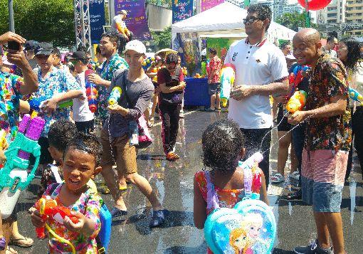 泰國潑水節熱鬧展開(2)泰國傳統新年「宋干節」又稱「潑水節」14日持續熱鬧展開,曼谷暹羅廣場上大小朋友們不分你我,一起開心潑水祈福過新年。中央社記者施宗暉攝 107年4月14日