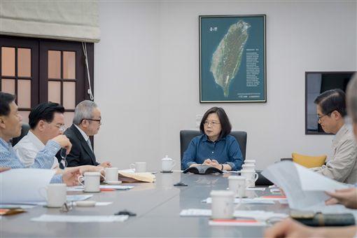 蔡英文總統邀集行政院副院長施俊吉及國安部會首長召開國安高層會議。(圖/總統府提供)