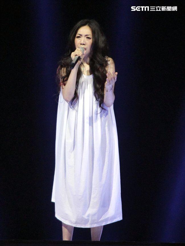 萬芳出道28年第一次小巨蛋開唱「時間仍然繼續在走」演唱會。(記者邱榮吉/攝影)
