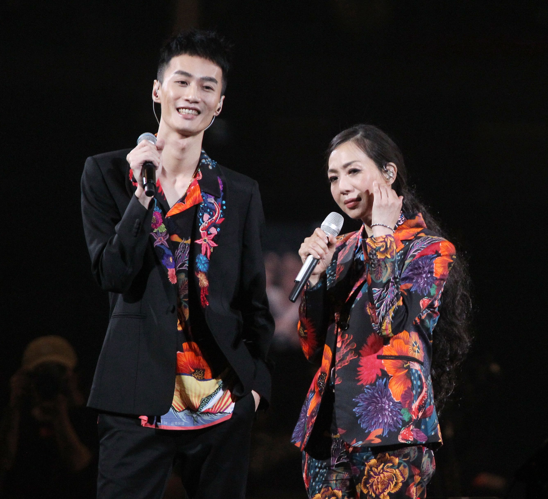 萬芳、特別來賓李英宏合唱愛情限時信。(記者邱榮吉/攝影)