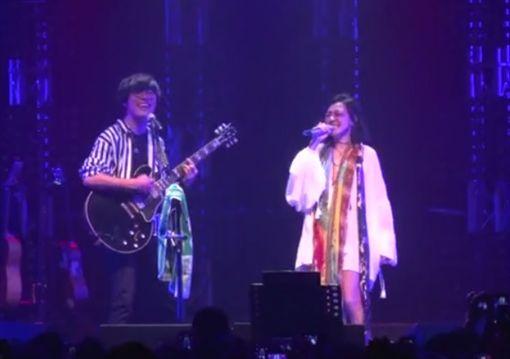 ▲小S為盧廣仲演唱會獻唱了兩首歌曲 。(圖翻攝自臉書)