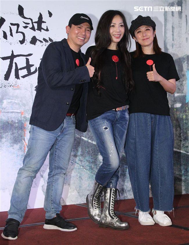 萬芳台北小巨蛋演唱會慶功宴,幫自己打100分。(記者邱榮吉/攝影)