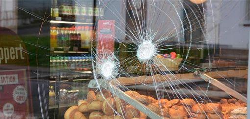 德國中部城市弗爾達(Fulda)一名難民闖入麵包店襲擊店員與貨車司機,遭員警開槍擊斃。(圖/翻攝自推特)