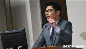 國民黨立委許毓仁就農田水利會改官派一事於經濟委員會質詢。 圖/記者林敬旻攝