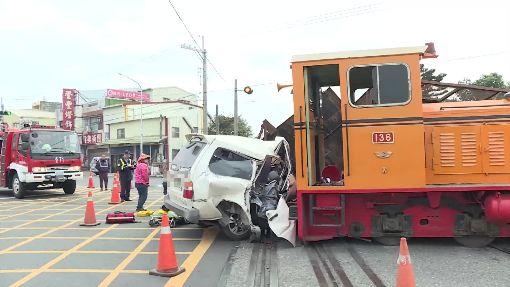 廂型車闖柵欄急打橫 與火車擦身躲劫