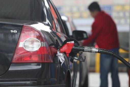 油價創3年多新高 汽柴油將大漲6角中油公司依浮動油價機制計算,16日凌晨零時起,國內各式汽柴油每公升將各調升0.6元,創下2014年12月以來新高。中央社記者徐肇昌攝 107年4月15日