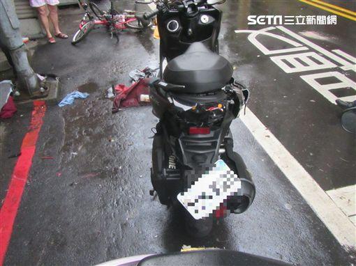 新北市,板橋,吳鳳路,車禍,自撞,精神不濟,機車,單車,翻攝畫面