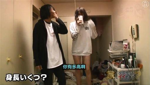 日本一名20 歲宅男塚田夏希,他目前在居酒屋打工,家中養了一位身高180公分的無業混血美女,不過兩人的關係並非情侶,而只是一般室友。塚田非常滿足現在兩人的關係,因為他怕跨越朋友這條界線,2人關係就會崩裂。其他網友看到後相當詫異,紛紛直呼「認真不覺得男女有純友誼!」(圖/翻攝自《颱風大肆虐》臉書)