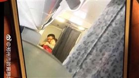 今(15)日上午中國航空CA1350航班機上發生脅持事件,機組人員因此緊急降落鄭州。後來中國民航局證實劫機事件,男乘客挾持空服員的畫面也曝光,經過查證後,該男乘客是用鋼筆做挾持工具,與外傳用刀片犯案不同。(圖/翻攝自微博)