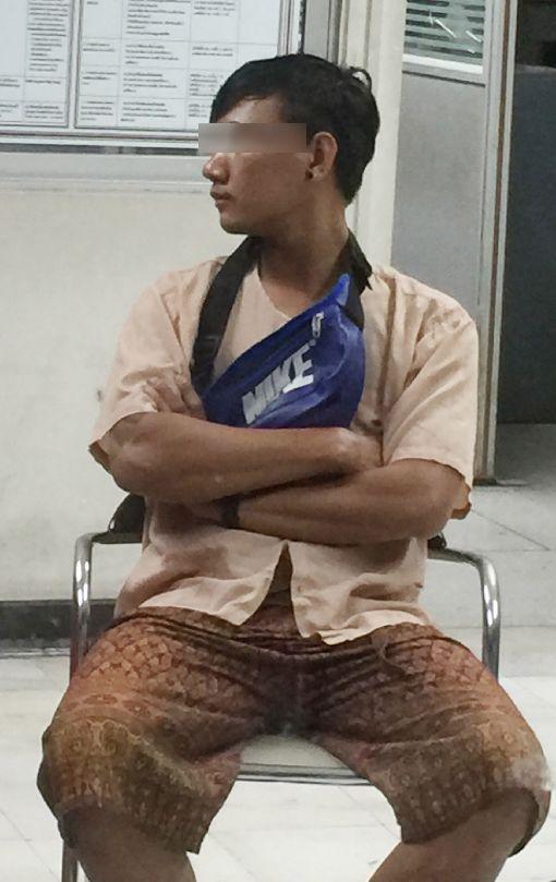 台女遭性侵害案 泰嫌疑人在警局等候涉及台灣女遊客性侵害案的泰國男按摩師在通羅警察局等候。中央社記者記者劉得倉攝 107年4月15日