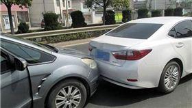 女子故意按喇叭、追撞前車 竟是要跟鮮肉駕駛要電話 翻攝自《現代快報》