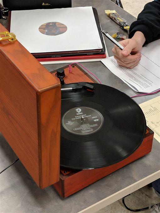 高中生竟扛黑膠唱片機應試 監考老師看傻(圖/翻攝自Eric Saueracker推特)