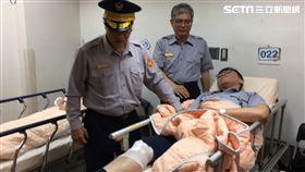 台南西門路警匪槍擊 嫌犯6槍倒地 員警送醫 圖翻攝畫面