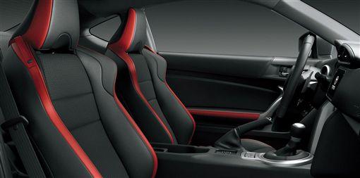 入門跑車Toyota 86從椅面、飾板到中控台都採用Alcantara麂皮。(圖/翻攝網站)