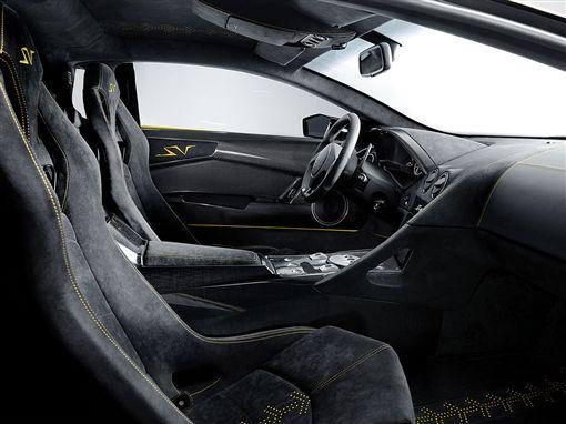 Lamborghini內裝大量使用Alcantara麂皮。(圖/翻攝Lamborghini網站)