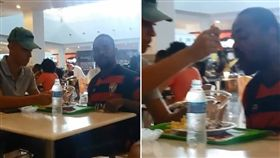 巴西薩爾瓦多市有一間購物中心裡,有一名素食店店員看到一位殘障顧客無法順利吃飯,他就到顧客旁替他將食物分成一小口,並細心地餵他。不少網友看到這一幕相當感動,紛紛表示「即使世界很殘忍,還是有很多好心人存在!」(圖/翻攝自Laurinha Victória臉書)