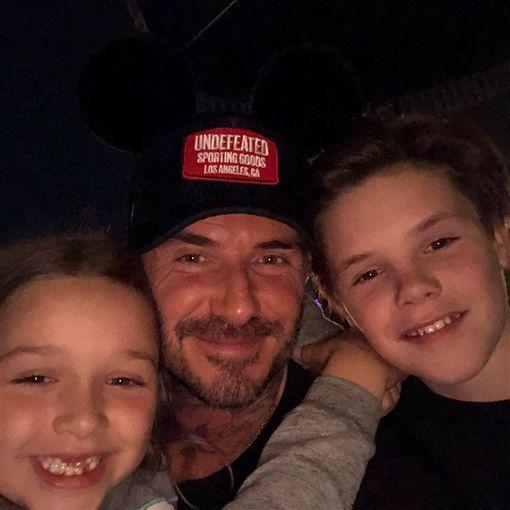 貝克漢帶全家出遊迪士尼。(圖/翻攝自貝克漢IG、維多利亞IG)