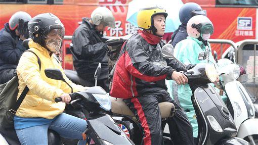 北台灣陰雨溼冷中央氣象局預報,台灣20日受東北季風及華南雲雨區影響,北台灣陰雨溼冷。機車騎士們穿著雨衣,停等紅燈時,寒意全寫在臉上。中央社記者徐肇昌攝  106年11月20日