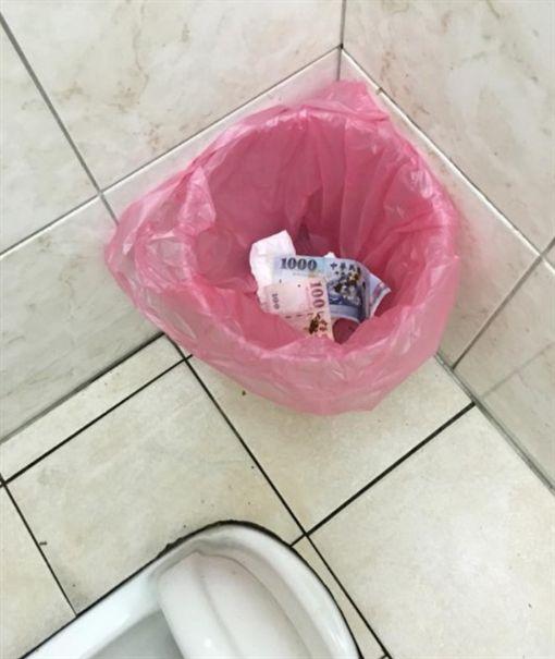 加油站廁所的垃圾桶 有人拿鈔票擦屁股/爆怨公社