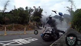 本月1日在台七乙9K發生一起車禍事故,一輛要價破百萬的重機BMW S1000RR在過彎壓車時打滑,衝到對向車道,導致對向車Suzuki GSX-R1000閃避不及直接撞上,兩輛重機瞬間解體,2位車手身上多處骨折,已送往醫急救。(圖/翻攝自YouTube《CyberEditing》)