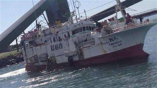 東港漁船遭印尼軍方攔檢 漁會強調無害通過屏東東港籍漁船「大鮪13號」15日中午在麻六甲海域無害通過時被印尼軍方登船檢查,而後帶到附近港口加強檢查。東港區漁會總幹事林漢丑表示,應該很快會被放行,目前人船均安。(民眾提供)中央社記者郭芷瑄傳真 107年4月15日