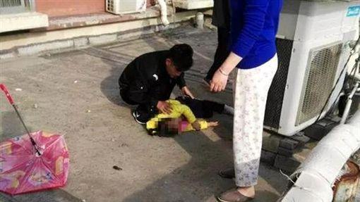 中國大陸女童拿花傘當降落傘跳樓(圖/微博)