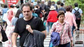 鋒面到降溫降雨(1)中央氣象局預報,15日各地天氣都不穩定,易下雨,北台灣整天偏涼,新竹以北及宜蘭高溫攝氏20至22度,中部及台東白天高溫27、28度,花蓮24度、南部可達30至32度。走在台北街頭的民眾帶著外套,以備不時之需。中央社記者吳翊寧攝 107年4月15日