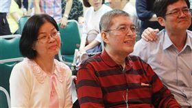 伴夫抗癌 提前告別感受生命意義在深度前高雄市立民生醫院院長蘇健裕(左2)罹患癌症末期,太太尹亞蘭(左)一路陪伴,並帶領子女為夫舉辦生命告別式「快轉人生畢業典禮」,讓他感受生命意義不在長度,而是生命的深度。(尹亞蘭提供)中央社記者王淑芬傳真 107年4月16日