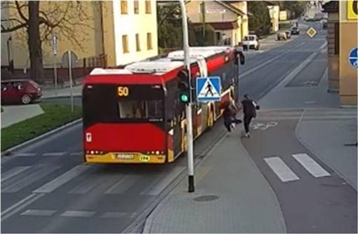 影/玩笑別亂開!少女被惡作劇跌坐馬路 差點被公車輾過 圖/翻攝YouTube