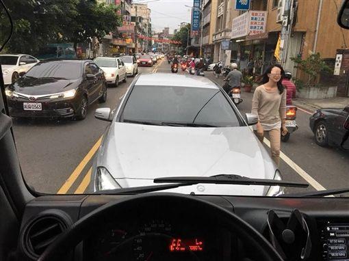 賓士女大街逆向還下車理論 駕駛直接狂按喇叭嗆回去圖/翻攝自爆怨公社臉書