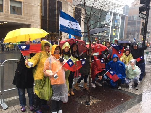波士頓馬拉松  台灣加油團揮舞國旗第122屆波士頓馬拉松賽美東時間16日登場,部分台灣波馬加油團成員在加油站旁舉國旗合影。(駐波士頓代表處提供)中央社記者尹俊傑紐約傳真  107年4月17日