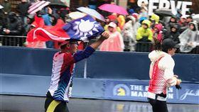 波士頓馬拉松  台灣選手舉國旗衝線第122屆波士頓馬拉松賽美東時間16日登場,台灣有163名選手及眷屬參加,不少選手不畏低溫和風雨,堅持完賽,並在終點前高舉中華民國國旗衝線。(駐波士頓代表處提供)中央社記者尹俊傑紐約傳真 107年4月17日