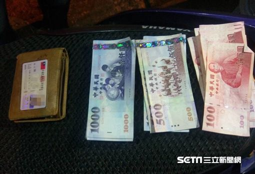 錢包放車頂…男掉54張紙鈔滿天飛 民眾幫撿「全找回來」圖/翻攝畫面