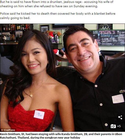 英國一名51歲的男子凱文(Kevin Smitham),日前向29歲泰國妻子肯達(Kanda Smitham)求歡時被拒,他氣得狂踢嫩妻的臉與身體,導致肯達活活被踹死。警方接獲報案後,已將凱文拘留,至於肯達的死因得等驗屍結果出來才能確定。(圖/翻攝自每日郵報)