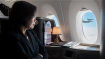 蔡總統出訪史瓦濟蘭專機畫面總統蔡英文17日出訪友邦史瓦濟蘭,蔡總統在臉書po出她在專機上看著窗外幻象2000戰機伴飛專機的照片。(總統府提供)中央社記者呂欣憓傳真 107年4月17日