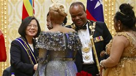 蔡總統與史國王妃握手致意總統蔡英文(左)訪問非洲友邦史瓦濟蘭,17日(當地時間)赴史國Lozitha王宮接受贈勳,並與史國王妃握手致意。右2為史國國王恩史瓦帝三世(King Mswati Ⅲ)。中央社記者吳翊寧史瓦濟蘭攝 107年4月18日