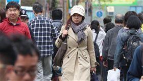 鋒面到降溫降雨 大雨強風特報齊發鋒面15日通過台灣,全台天氣不穩定,加上東北風增強,氣溫下降,中央氣象局發布13縣市大雨特報及18縣市陸上強風特報。走在台北街頭的民眾圍著圍巾保暖。中央社記者吳翊寧攝 107年4月15日