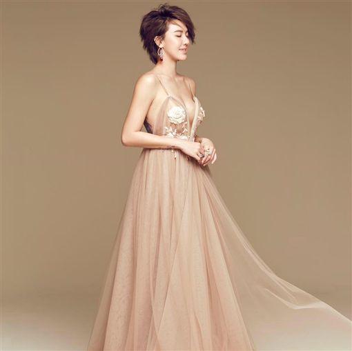 ▲劉雨柔的手工婚紗由White Atelier量身訂作。(圖/翻攝自臉書)