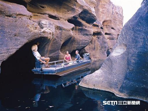 搭乘電動遊艇欣賞科博爾德峽谷風光。(圖/澳洲昆士蘭州旅遊暨活動推廣局提供)