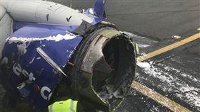 美西南航空班機18日發動機爆炸迫降(圖/推特)