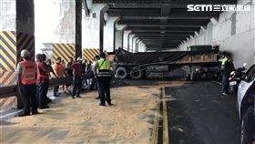 舊蘇花公路明隧道內砂石車打滑自撞現場(翻攝畫面)