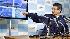 日本九州南部霧島山脈硫黃山附近,19日下午發生火山噴發。圖為日本氣象廳記者會說明噴發情形。(共同社提供)/中央社