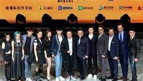 漫威10周年,復仇者聯盟上海宣傳造勢,陳奕迅取代「鋼鐵人」小勞勃道尼站在中間。(合成圖/翻攝自微博)