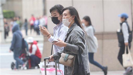 北部懸浮微粒濃度稍高 外出應戴口罩受擴散條件不佳影響,中南部地區16日空氣明顯不佳,北部地區也因沙塵影響,懸浮微粒濃度稍高,提醒民眾應留意,若有必要外出應配戴口罩。中央社記者吳家昇攝 107年4月16日