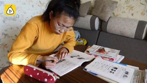 大陸黑龍江一名就讀中學三年級的學生張欣宇,考試都前3名,獎狀多到能擺滿桌,但她的繼父不打算栽培她升學,反倒說「有錢要供兒子讀書,供她讀書沒有用」。張欣宇則強忍著淚水地說,「不管用什麼方法,我肯定會繼續唸書!」(圖/翻攝自梨視頻)