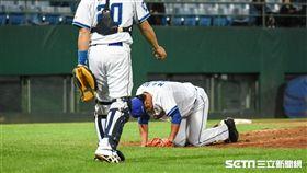 富邦悍將投手陳明軒遭強襲球打傷。 圖/記者林敬旻攝