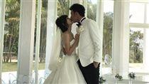 香蕉哥哥和草莓姐姐婚後首曝婚紗照。(圖/翻攝自香蕉哥哥臉書)
